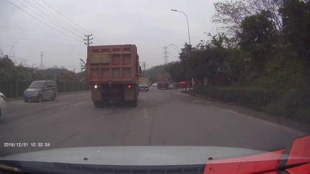 货车行驶中挂倒摩托车 男子侧翻当场爆头