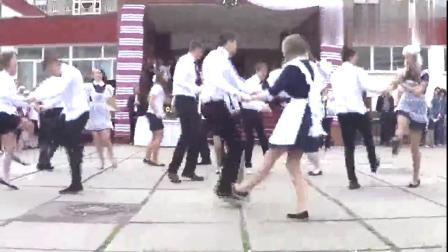 俄罗斯的高中生跳舞,C位小哥哥的腿好长,小姐姐们的衣服真好看