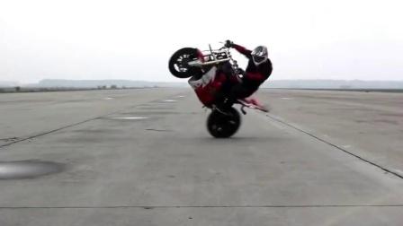 牛人在摩托车上跳骑马舞:欧巴刚弄斯他