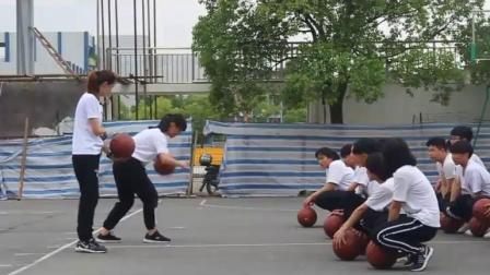 高中体育《篮球运球、素质练习》(高中体育青年教师 由此可�参赛获奖课例课堂教学实录)