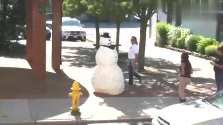 国外街头恶搞,男子伪装成雪人恶搞路人,真担