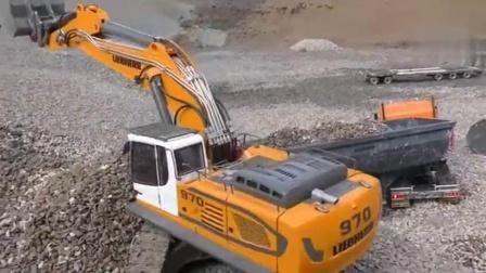 RC遥控车户外试玩装载机卡车模拟装沙石过程
