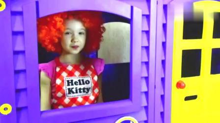 小朋友们玩过家家,假装给娃娃吃冰淇淋,照顾娃娃!