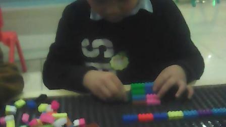 和哥哥一起玩积木!真认真啊?