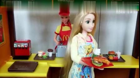 长发公主和爱丽儿起床去吃早餐,只有芭比娃娃还在睡懒觉