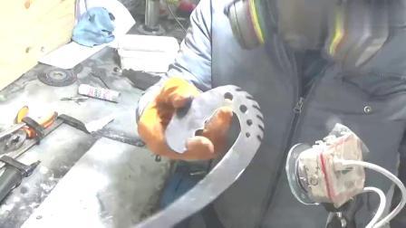 国外牛人制作弯形狩猎刀,刀刃锋利无比,大饱