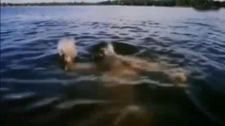 我在女孩在海里游泳, 突然天降怪物把女孩啃的只剩个头!截了一段小视频