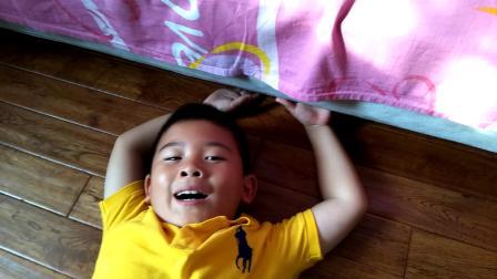 【6岁】6-26哈哈跟爷爷坐在地上玩桌游游戏迷宫游戏.mp4