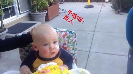 妈妈买了生日蛋糕,宝宝看到蛋糕后的举动,把大家都笑惨了