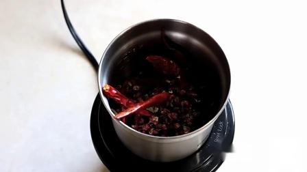 快过年了教你农村腊肠的做法,皮韧肉香滑嫩开胃,吃着它才有年味