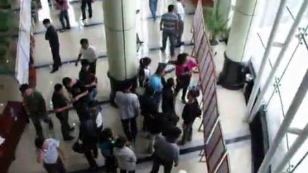 七台河市首届硬笔书法展观展人在展厅录像片段