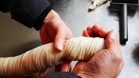 老潼关肉夹馍手法之揪剂子视频,华三少老潼关肉夹馍制作方法流程中手法卷筒子之后揪剂子的手法,做好肉夹馍还是需要掌握一些技巧的,陕西肉夹馍小吃想学会还是要功夫的
