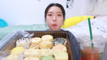 吃播小姐姐吃稻香村糕点,开32度空调,喝有冰块的饮料,这是何必