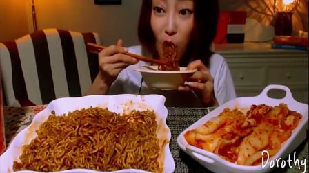 韩国美女吃播大碗火鸡面,还有一大碗泡菜,搭