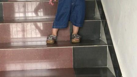 涵涵爬楼梯