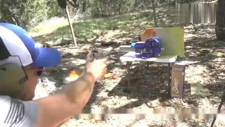 牛人用枪械射击短刃,热武器VS冷武器哪个更胜一