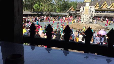 西双版纳傣族园泼水表演
