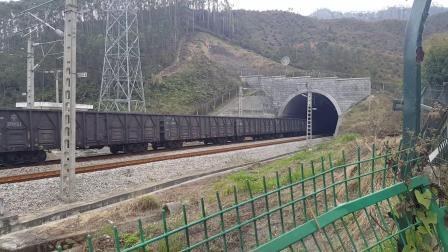 广铁株段和谐HXD1C6294上行、和谐HXD1C6310下行货列途经螺山隧道
