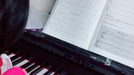 廖丽彤认真学钢琴