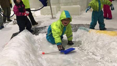 【7岁】6-30哈哈在室内冰雪世界爬滑滑梯,爬不上去IMG_0384.MOV
