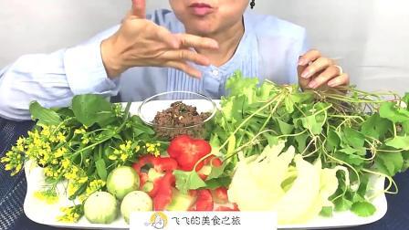 吃货般的奶奶,这吃的啥,花花草草的,吃的美滋滋的,幸福的味道