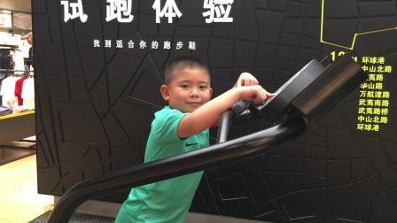【7岁】7-20哈哈在商店玩跑步机,速度太快搞笑滑倒IMG_0718.MOV
