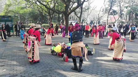 杨浦欢乐锅庄队(果洛13)领舞,冯老师。