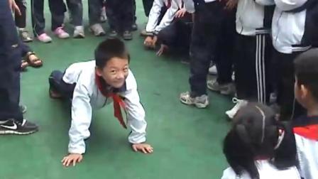《障碍接力——送水》人教版体育二年级,杨志清