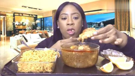 吃货小姐姐,吃龙虾尾,蘸上酱料,淋上柠檬汁,吃得太馋人了