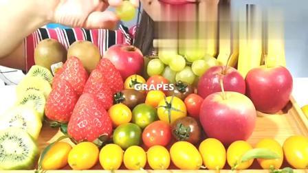 国外女吃货,吃丰富的水果拼盘,有草莓、香蕉、苹果,吃得特别香