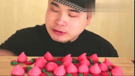 韩国吃货大胃王胖哥,吃草莓形状的棉花糖,发出咀嚼音,吃得真香