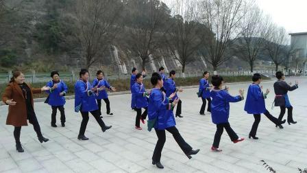 贵州省黔东南苗族布依族自治州榕江县的少数民族们跳起了《小苹果》