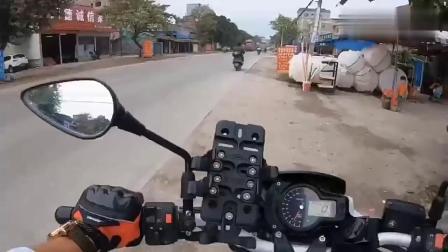 骑士驾驶黄龙600上街溜达,没人的地方尝试下拉高转速