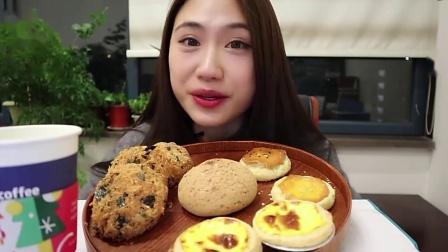 小姐姐吃肉松小贝、蛋挞、麻薯面包和老婆饼,肉松一次吃个爽