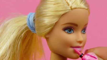 给芭比娃娃做迷你化妆盒和化妆品,口红眼影等应有尽有,手工diy