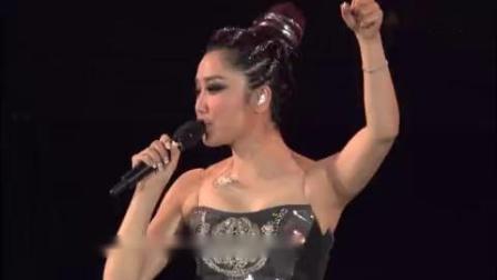 凤凰传奇2013年4月30日北京工体演唱会现场带领粉丝演唱自由飞翔