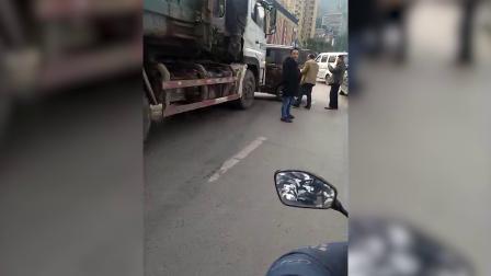 货车与小车相撞 小车车门被撞变形