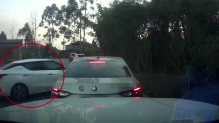轿车行驶时360度漂移 成功插入对方车道