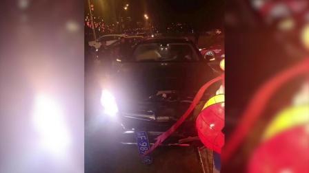 奔驰车转盘处出事故 两人被撞倒司机昏迷