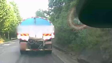 洒水车开着开着突然倒车 一屁股撞上后车车头