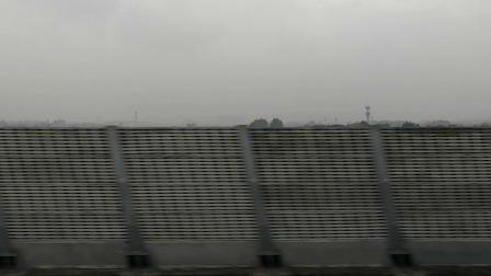 高铁行驶在成都平原上