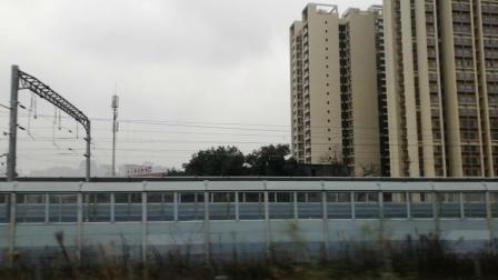 高铁驶出成都东站