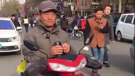 厉害了天津网红大爷,一开嗓就吸引了路边的大妈,佩服!