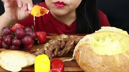 吃播越南美女姐姐今天好丰盛啊!烤猪排加芝士面包碗