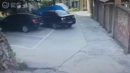 女司机误把油门当刹车踩,一套操作下去真让人揪心!-易车