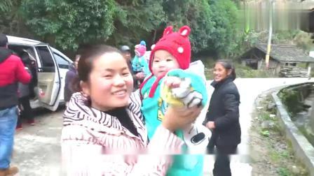 今年全家人来广西拜年,老爸头次吃这种广西糍粑,很特别