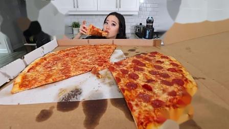 话唠的小姐姐吃超大的纽约奶酪比萨饼+意大利辣香肠,看着就爽