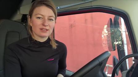 波兰女卡车司机驾驶大型货运板车,运送货物,上演老司机般的车技