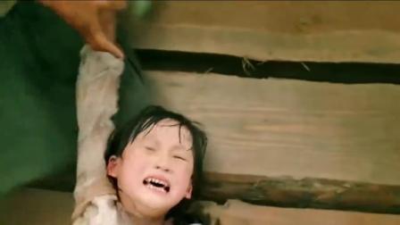 河妖认准了小女孩,村民全力相救,砍断它的触手