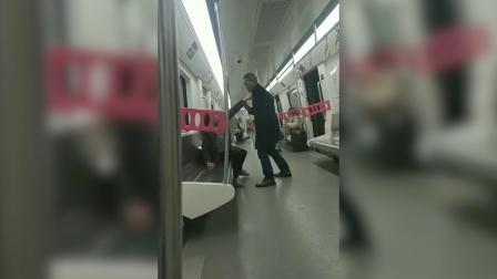 夫妻地铁上起争执 随后竟大打出手